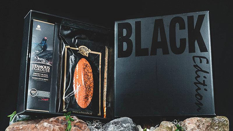 Luxe Wine & Dine geschenkbox met daarin een heerlijke culinaire ervaring. We verpakken in een luxe geschenkbox 600 gram warm gerookte Echte Zalm, met een fles Famous Grouse Smoky Black…
