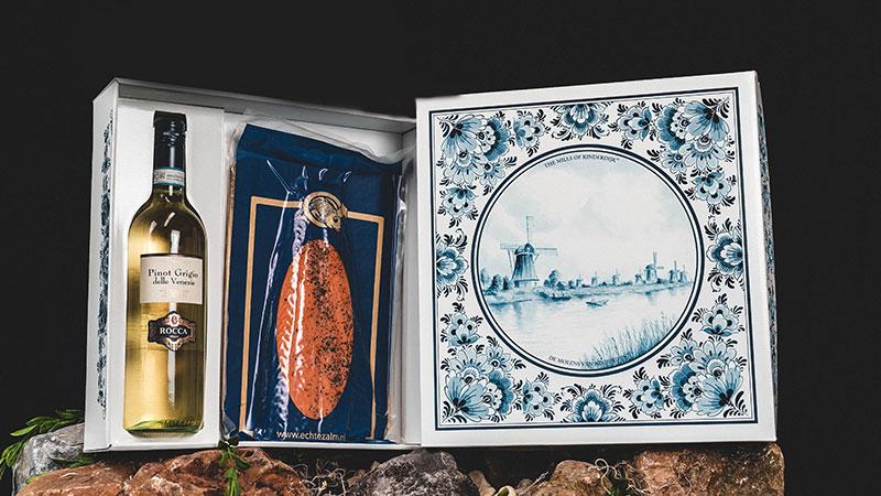 Luxe Wine & Dine geschenkbox met daarin 600 gram warm gerookte zalm en een heerlijke koud te serveren fles witte wijn. Om samen van te genieten, maar ook geschikt als…