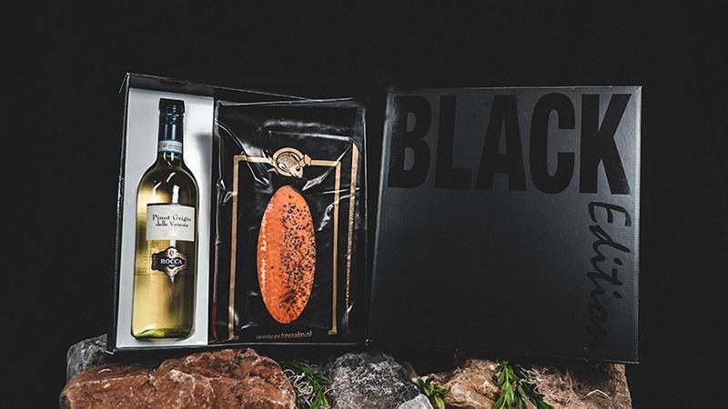 Luxe Wine & Dine geschenkbox met daarin een heerlijke culinaire ervaring. We verpakken in een luxe geschenkbox 600 gram warm gerookte Echte Zalm, met een goede fles bijpassende witte wijn.…